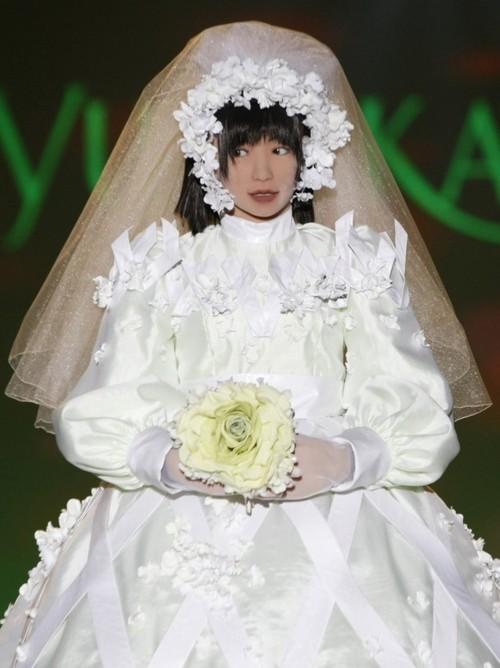 La robe du mariage est le plus grand des soucis des mariées. Choisir une belle robe belle et unique est le rêve de toutes les femmes
