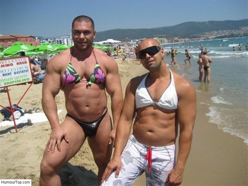 Hommes_muscles_avec_des_soutiens_gorge_de_femmes_