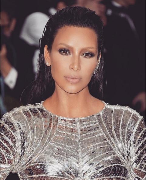 Kim-Kardashian-chang- La-Couleur-De-ses-Sourcils-Et-s-affiche-avec-Une-Grande-Perte-de-Pois-3