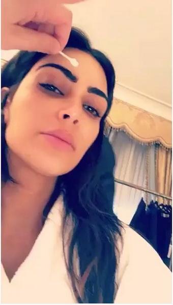 Kim-Kardashian-chang- La-Couleur-De-ses-Sourcils-Et-s-affiche-avec-Une-Grande-Perte-de-Pois-8