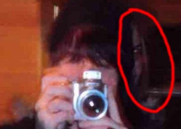 Elle tait en train de prendre une photos devant son for Reflet dans le miroir